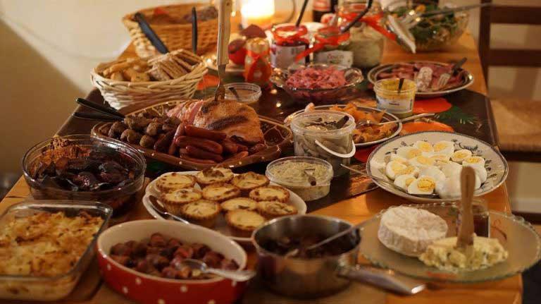 Жареное мясо и пудинг в Рождественском ужине