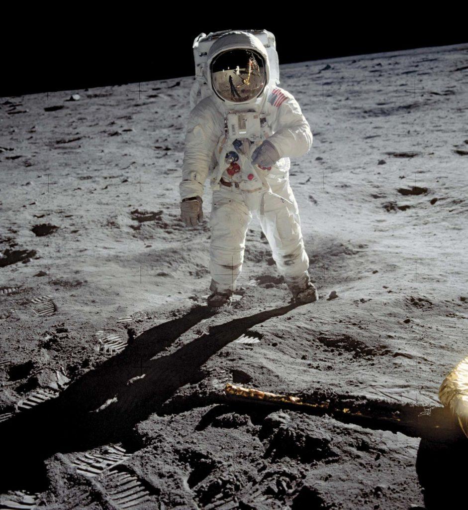 Американский астронавт Эдвин («Базз») Олдрин идет по Луне, 20 июля 1969 года
