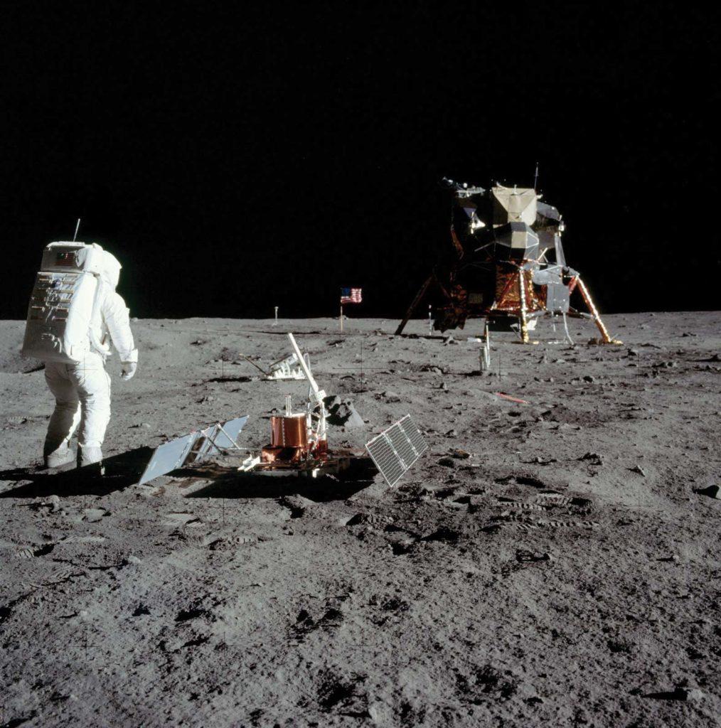 Американский астронавт Эдвин Олдрин устанавливает приборы на лунной поверхности