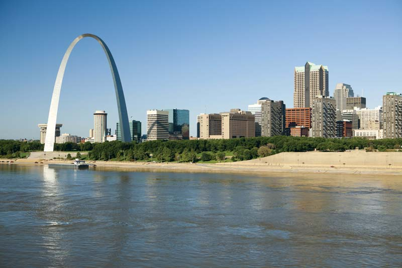 Арка Ворот (слева) на западном берегу реки Миссисипи в Сент-Луисе, штат Миссури, США