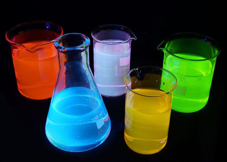 Флуоресценция различных веществ в ультрафиолетовом свете выглядит как радуга