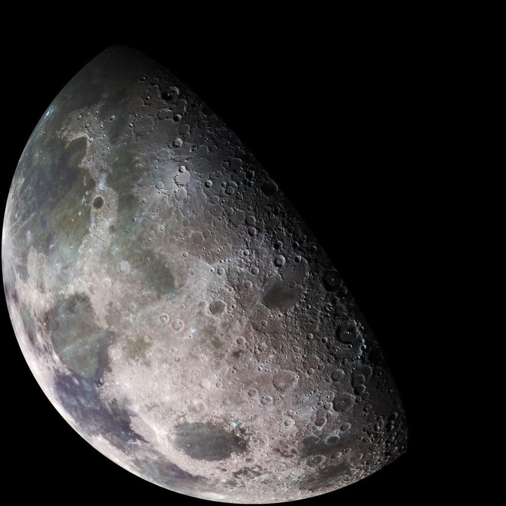 Галилейский обзор Луны. Изображение северного полюса Луны, сделанное космическим кораблем Галилео в 1992 году. Видны вулканические равнины (сверху) Mare Imbrium, Mare Serenitatis, Mare Tranquillitatus и Mare Crisium