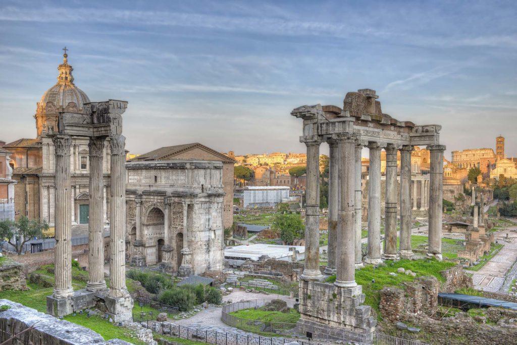 Храм Сатурна, среди руин Римского форума, Рим