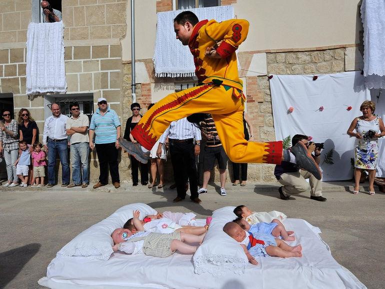 Испания Эль Колачо прыжки через младенцев