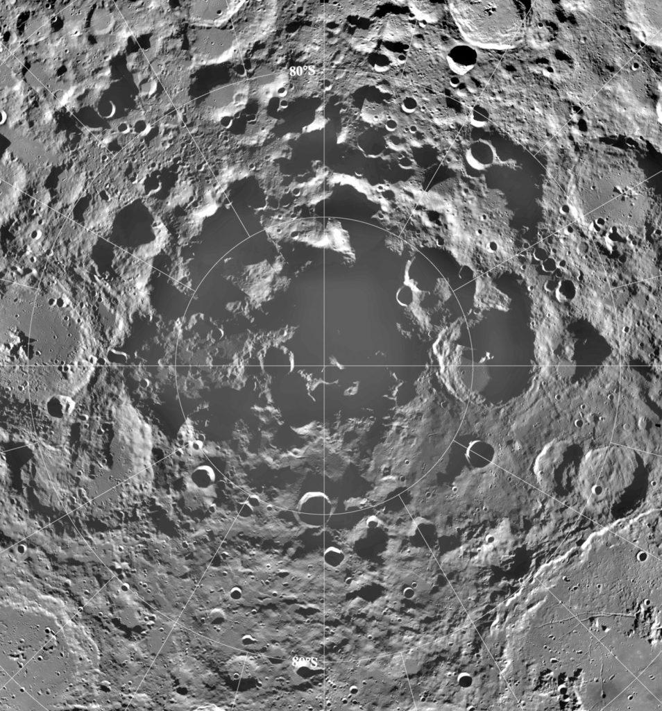 """Южная полярная область Луны в виде мозаики изображений, сделанных американским космическим кораблем """"Клементина"""" с лунной орбиты в 1994 году. Мозаика, которая центрирована на южном полюсе и объединяет освещение, полученное в течение более двух солнечных дней Луны (каждый около 29 Земные дни), показывает существование заметных постоянно затененных областей, где может существовать водяной лед.Ледяные залежи, если бы их можно было добывать экономически, стали бы важным ресурсом для будущего пилотируемого лунного форпоста.НАСА / Центр космических полетов Годдарда"""