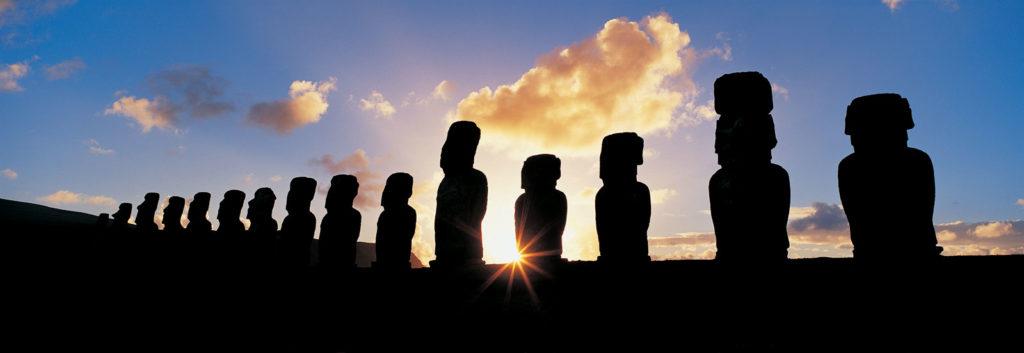 Моаи на острове Пасхи на рассвете