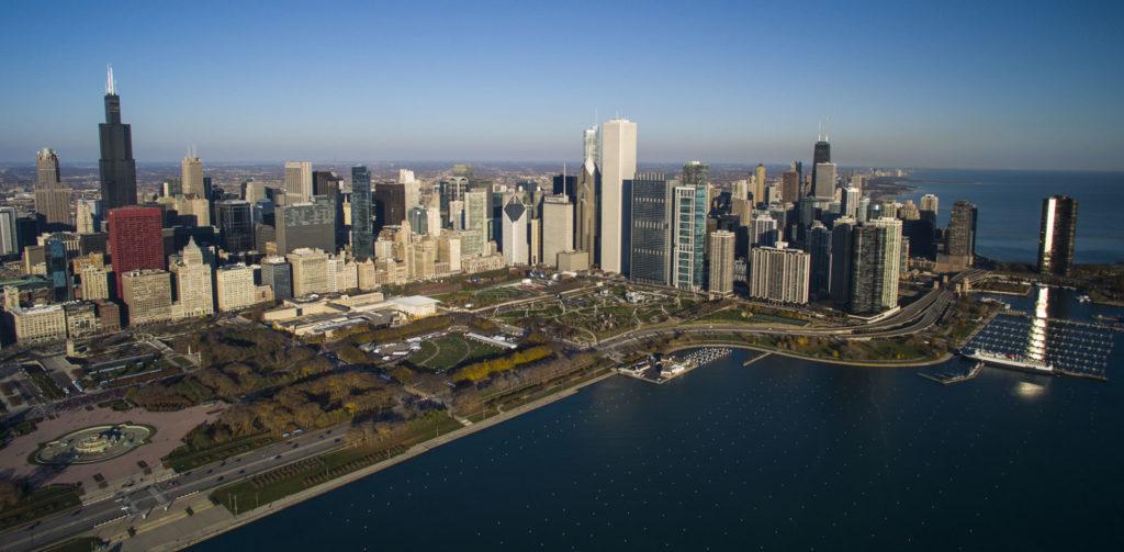 На город Чикаго приходится большая доля населения и экономики Иллинойса