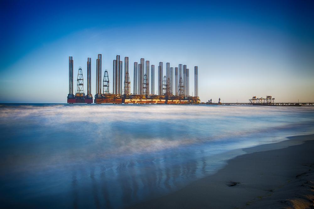 Нефтяная платформа в Каспийском море недалеко от Баку, Азербайджан