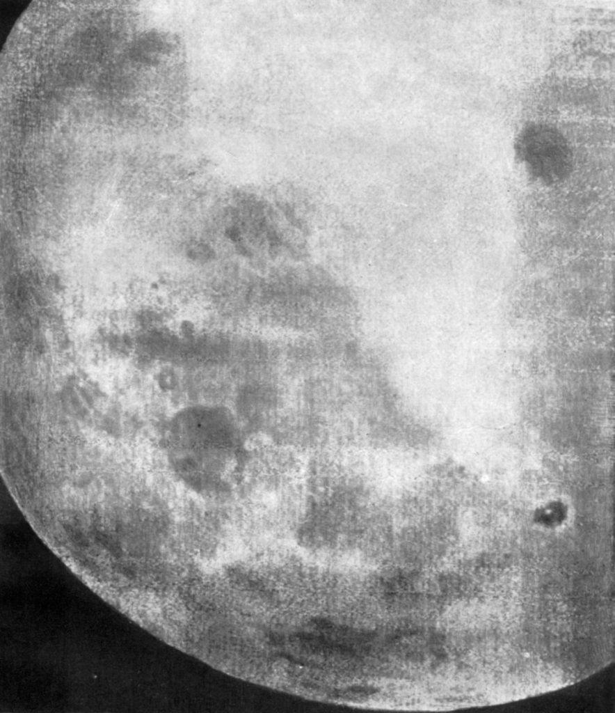 """Один из первых снимков обратной стороны Луны, часть последовательности из 29 фотографий, сделанных советским космическим кораблем """"Луна-3"""" 7 октября 1959 года."""