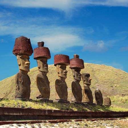 Статуи острова Пасхи с красными узлами