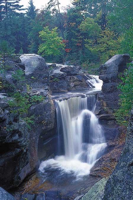 Водопад падает в хребет Махосук, северные Аппалачи, штат Мэн