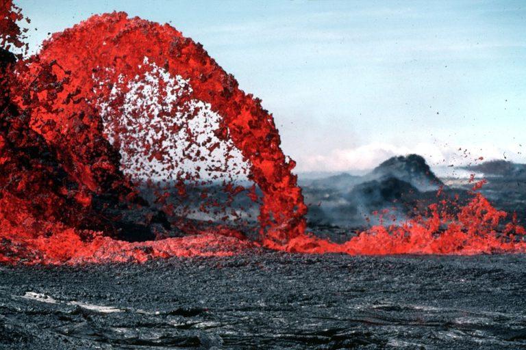 Магма, выходящая в форме лавы