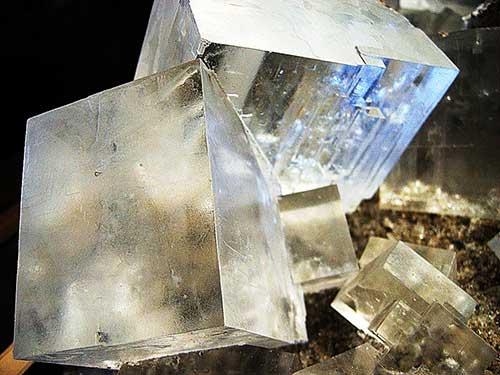 Кристаллы соли, выращенные искусственно в домашних условиях