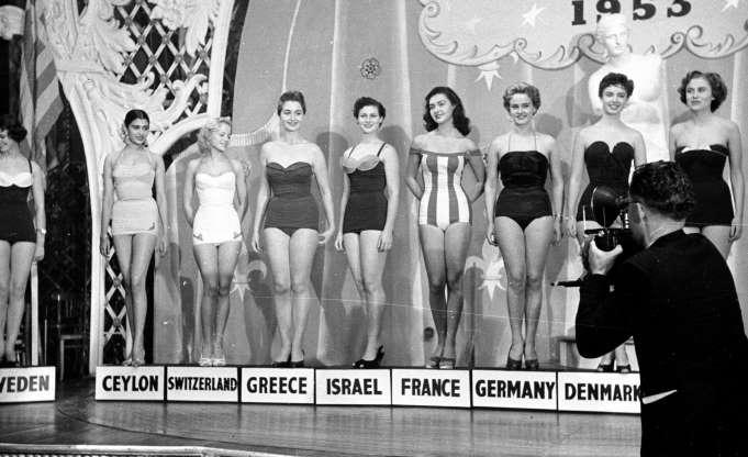 Участники конкурса Miss World 1953 позируют в своих купальных костюмах