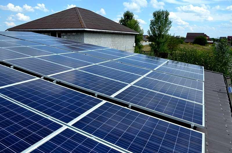Внешний вид Поликристаллических солнечных панелей и пример их установки на крыше дома