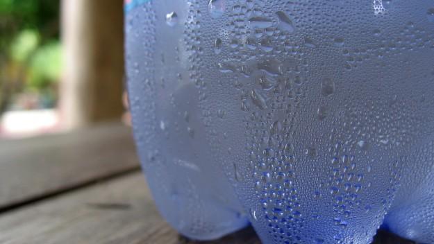Конденсация воды на стенках пластиковой бутылки