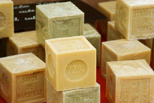 Мыло является слабым основанием, образованными реакцией жирных кислот с гидроксидом натрия или гидроксидом калия