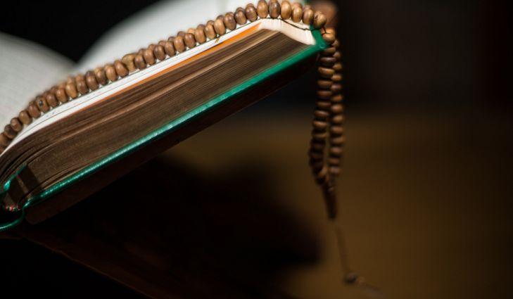 Несмотря на различия между мусульманами-суннитами и шиитами, и те и другие уважают Коран как священную книгу