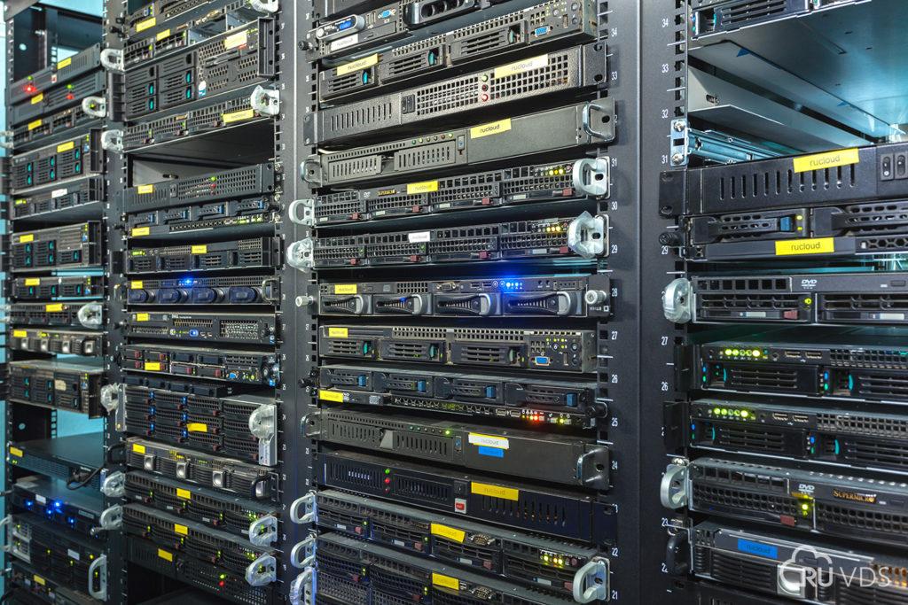 Сервера в серверных стойках
