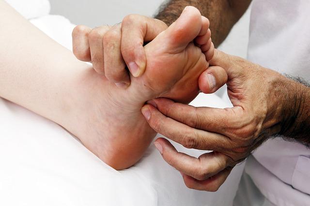 Рефлексология - это лечебное воздействие на определённые области на ступнях, руках или ушах