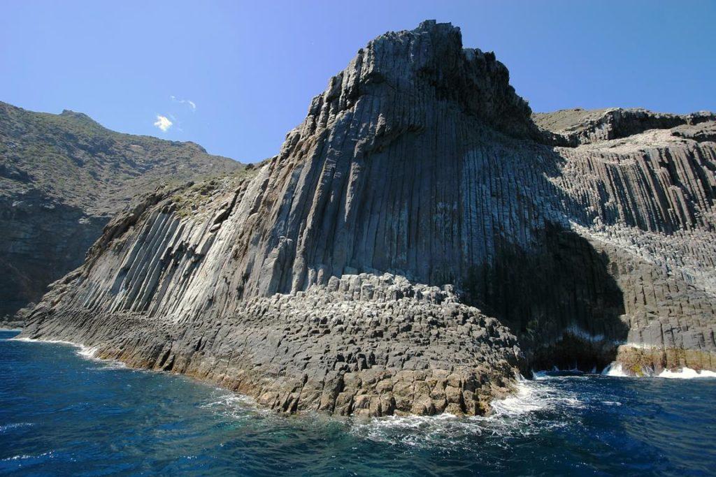Вулканической породой являются Базальтовые скалы