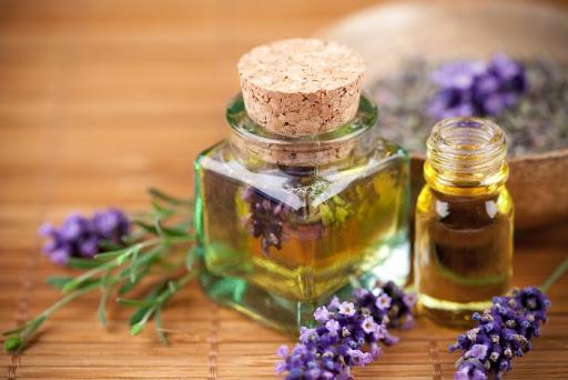 Линалоол используют в качестве ароматизатора в косметике и парфюмерии