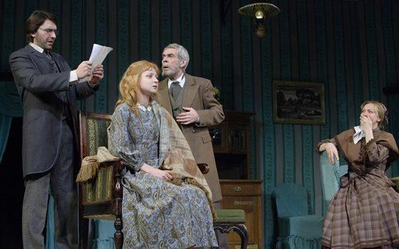 В драматическом театре зрители эмоционально вовлечены, и отождествляют себя с персонажами.