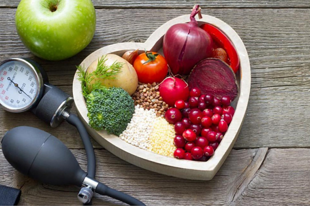 В сердечной диете упор делается на такие продукты, как овощи, фрукты, нежирные молочные продукты, бобы, орехи, семена, рыбу и цельнозерновые продукты.