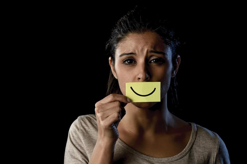 Токсичная позитивность является вредным убеждением, в то что нужно получать только положительные эмоции, быть всегда счастливым и позитивным.