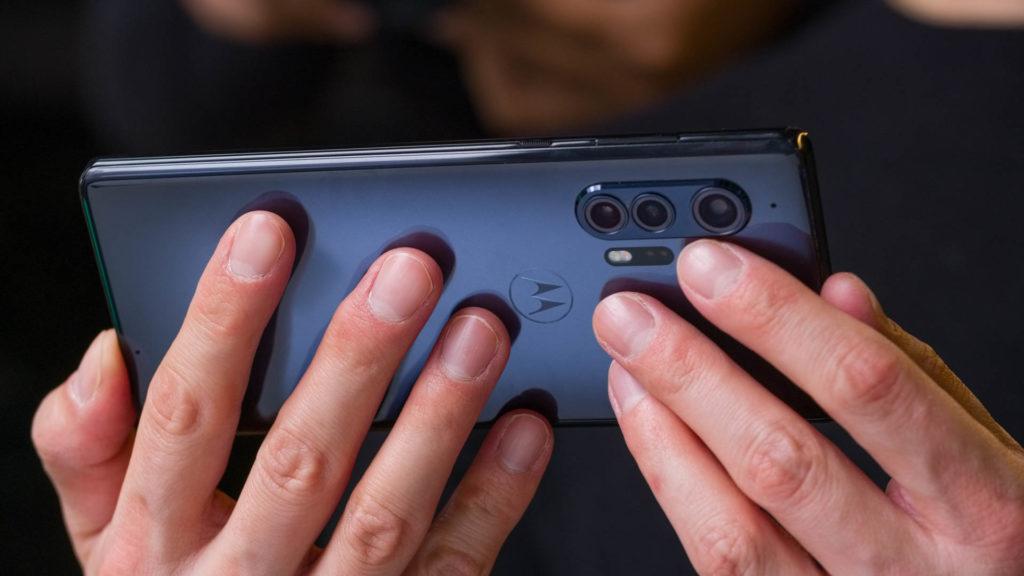 В Android 12 имеется автоматическая ориентация дисплея на основе данных лица с фронтальной камеры
