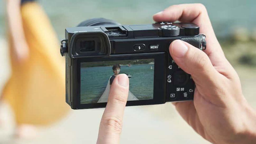 Беззеркальные камеры обычно имеют встроенные датчики фокусировки с определением фазы