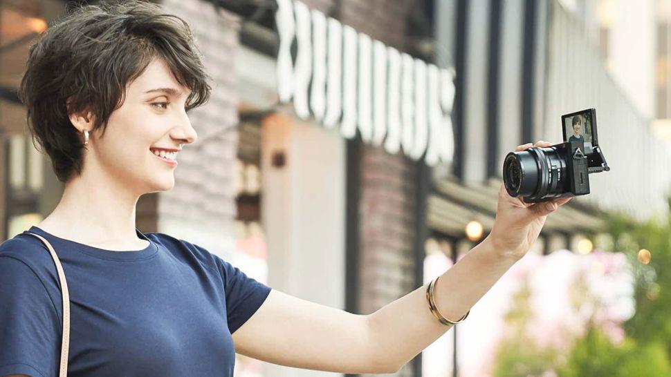 Беззеркальный фотоаппарат Sony a6100 имеют электронный видоискатель (EVF)