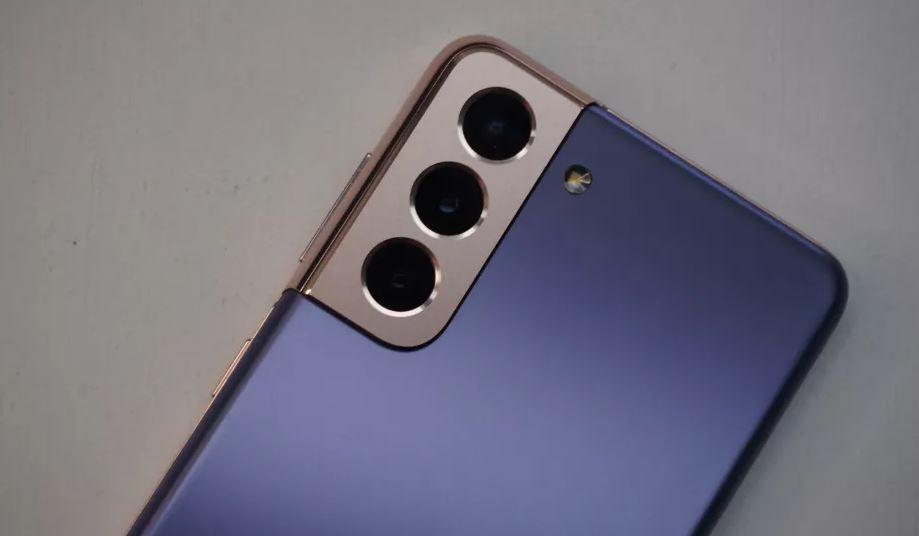 Оба телефона имеют камеру с тремя объективами, но только у S21 есть телеобъектив