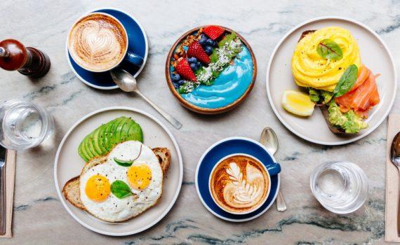Обратная диета это стратегическое увеличение количества потребляемых калорий для ускорения метаболизма и помощи в долгосрочном поддержании веса, наращивании мышечной массы или возможной потере веса