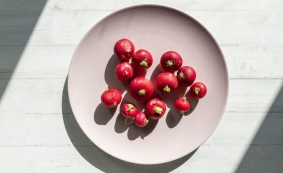 Редис это низкокалорийный овощ, содержащий множество питательных веществ