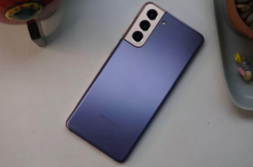 У Samsung Galaxy S21 пластиковая задняя крышка