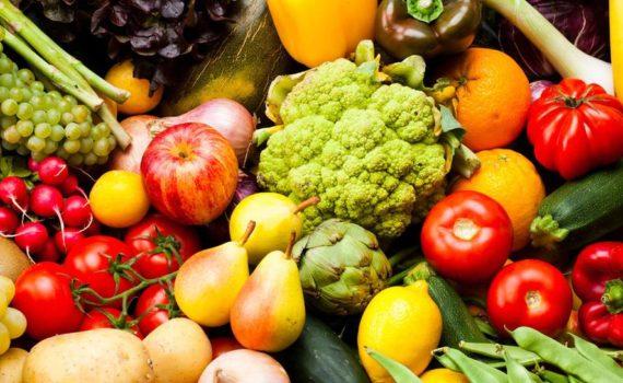 Фрукты происходят из цветов растения и содержат семена, тогда как овощи содержат листья, стебли и корни