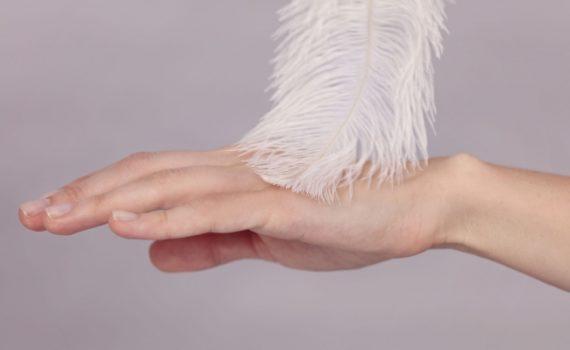 При Аллодинии у человека могут возникать болезненные ощущения от легкого касания перышком