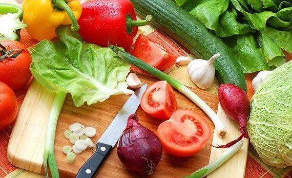 Лучшими продуктами при СРК являются Клюква, Запеченный и Вареный Картофель, Лосось, Йогурт без Добавления Сахара, Апельсиновый Сок и Апельсины, Приготовленная Зелень