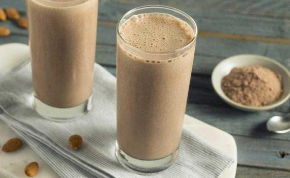 Кофеина с протеином ускоряет потерю веса, уменьшает чувства голода, улучшает концентрацию внимания и выносливость во время тренировок, уменьшает воспаление и улучшает восстановление после упражнений
