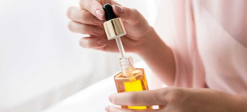 Каприлилгликоль, аналогично увлажняющему крему удерживает влагу в коже и клетках, и тем самым кожа становится увлажненной и молодой