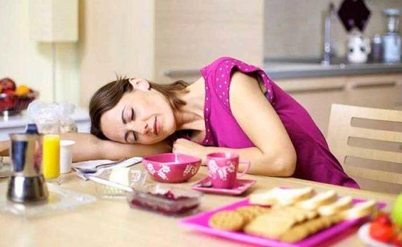 Усталость после еды обычно возникает из-за дисбаланса сахара в крови, при употреблении рафинированных углеводов и сахара без достаточного количества белка, клетчатки и жира