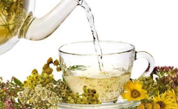 Наиболее популярными травяными чаями являются чай из ромашки, куркумы, корицы, чаги и ашваганды. Они богаты антиоксидантами и способствуют здоровью и улучшению настроения