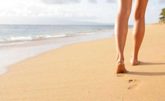 Ходьба босиком по траве или по пляжу отличноподходитдля снижения стресса, депрессии и усталости, а также положительно влияет на здоровье сердечно-сосудистой системы