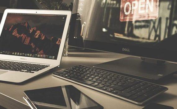 Настольный ПК в отличие от ноутбука не имеет мобильности, при равных по производительности компонентах имеет более доступную стоимость