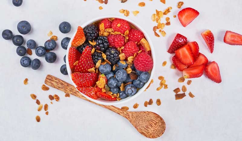 Одним из самых эффективных источников антиоксидантов являются ягоды, такие как Клюква, Малина, Черника, Черная смородина, Черноплодная рябина, Облепиха и Водяника