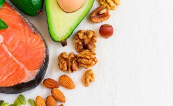 Для поддержания здорового уровня витаминов группы B рекомендуется употреблять яйца, говядину травяного откорма и дикий лосось, миндаль, пищевые дрожжи и семена подсолнечника