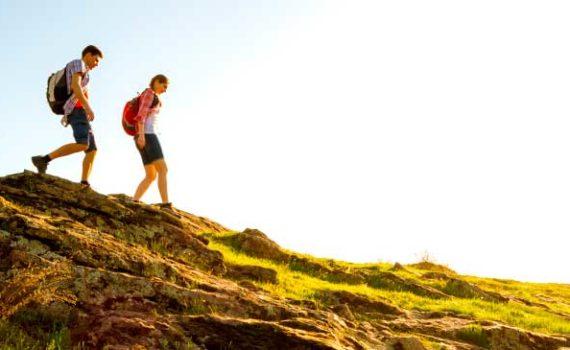 Преимуществами пеших прогулок являются повышеная устойчивость к тревоге и депрессии, увеличение силы, плотности костей, здоровья сердца и контроль веса